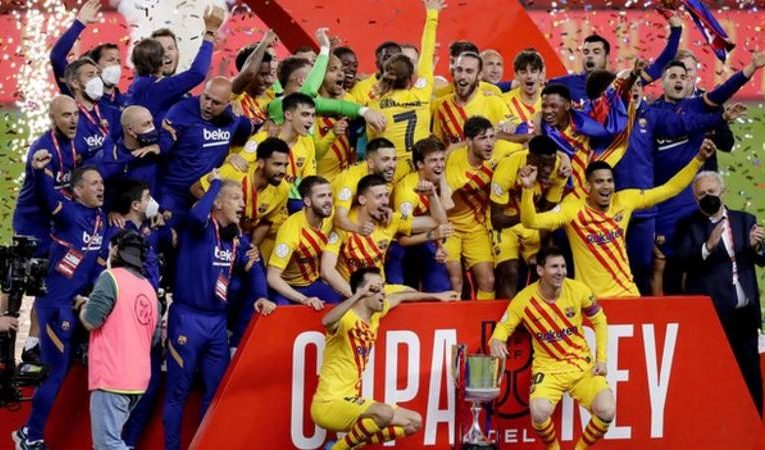 Barcelona scored four goals in 12 minutes – including a brilliant strike from Lionel Messi – to thrash Athletic Bilbao and win the Copa del Rey.