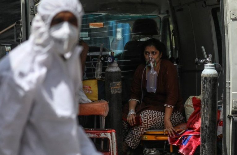 Covid: India sets global record for new cases amid oxygen shortage